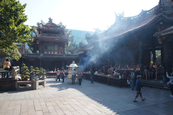 Started off the day by visiting Mengjia Longshan Temple