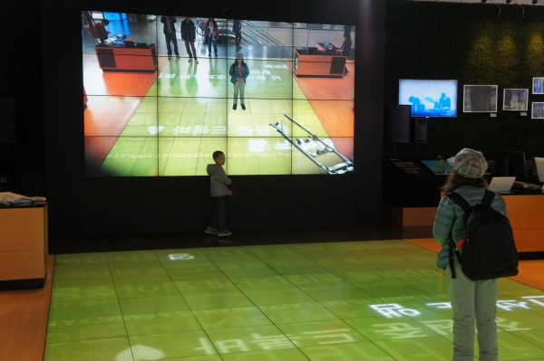 We went inside the Samsung showroom and had fun playing with the different interactive things on displayed.
